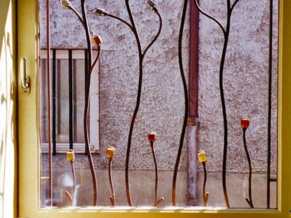Ferronnerie d 39 art grille de fen tre en acier et p te de for Ferronnerie fenetre